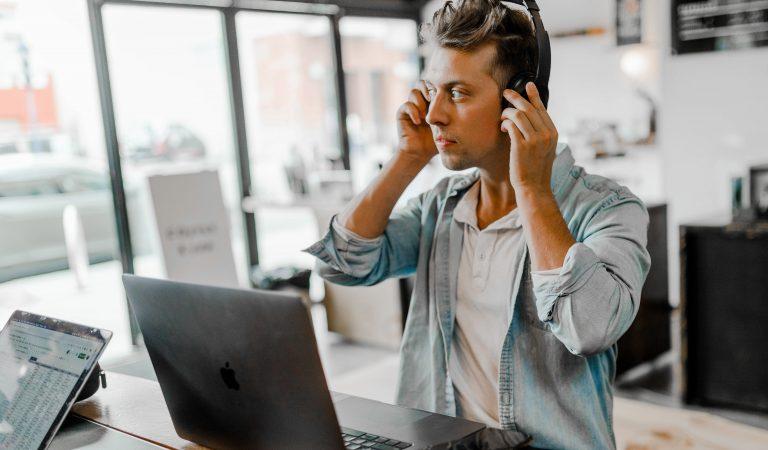 Manfaat Dengarkan Musik Saat Bekerja